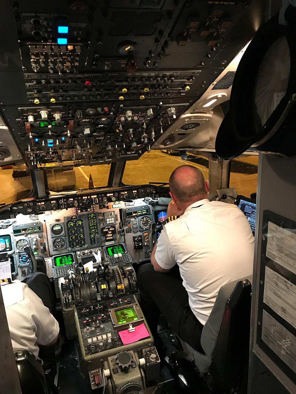 171021-delta-cockpit-md-88