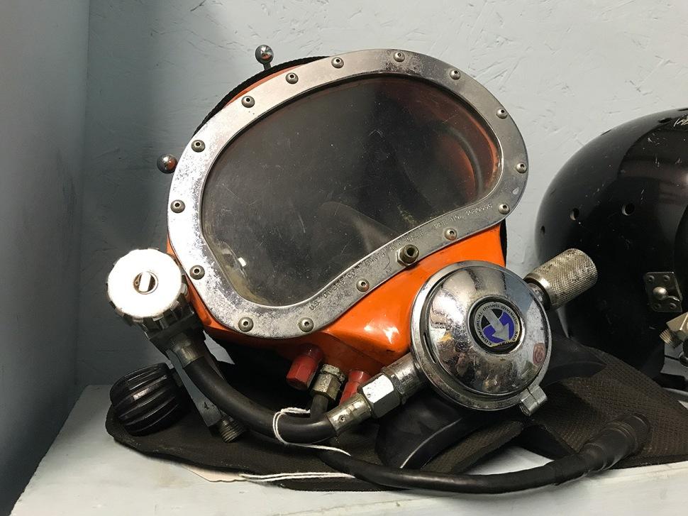 171023-man-in-the-sea-museum-sealab3-helmet-02