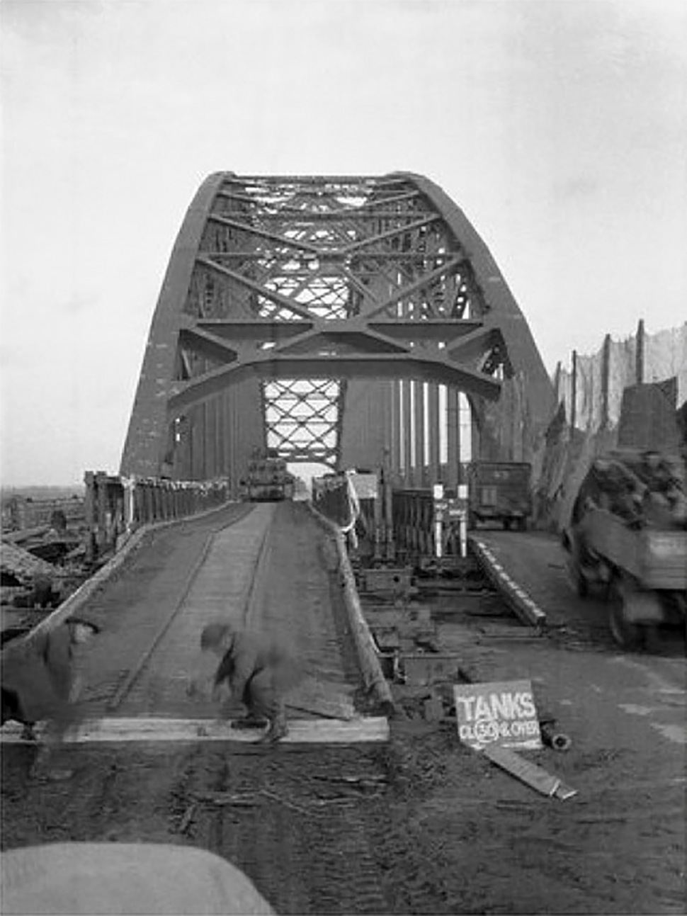 190319-road-bridge-nijmegen-stabilized-with-bailey-bridges-1944